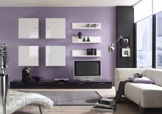 Kombinacija hladnijih tonova i kamenog zida u dnevnoj sobi